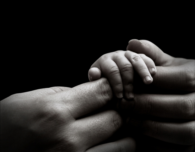 baby-hand-holding-mothers-hand1